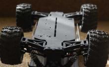 Радиоуправляемая модель бездорожного Монстра Mastadon 4WD RTR 1:18, вид снизу, Himoto E18MT