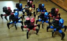 Коллективный выездной прокат роботов-пауков на радиоуправлении, роботы двигаются, стреляют мягкими снарядами, вид спереди