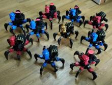 Коллективный выездной прокат роботов-пауков на радиоуправлении, роботы двигаются, стреляют мягкими снарядами, вид сзади