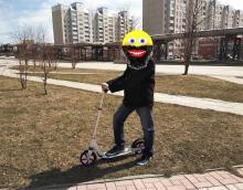 Взять на прокат взрослый самокат, колёса 200 мм в Новосибирске, с человеком ростом 165 см.